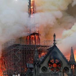 Parigi, le fiamme divorano Notre-Dame. Il portavoce: non resterà nulla della struttura - Live